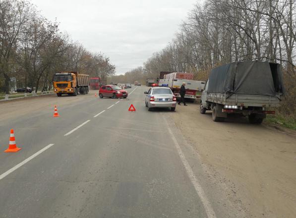 Рязанка на Киа врезалась в грузовой автомобиль после взрыва колеса